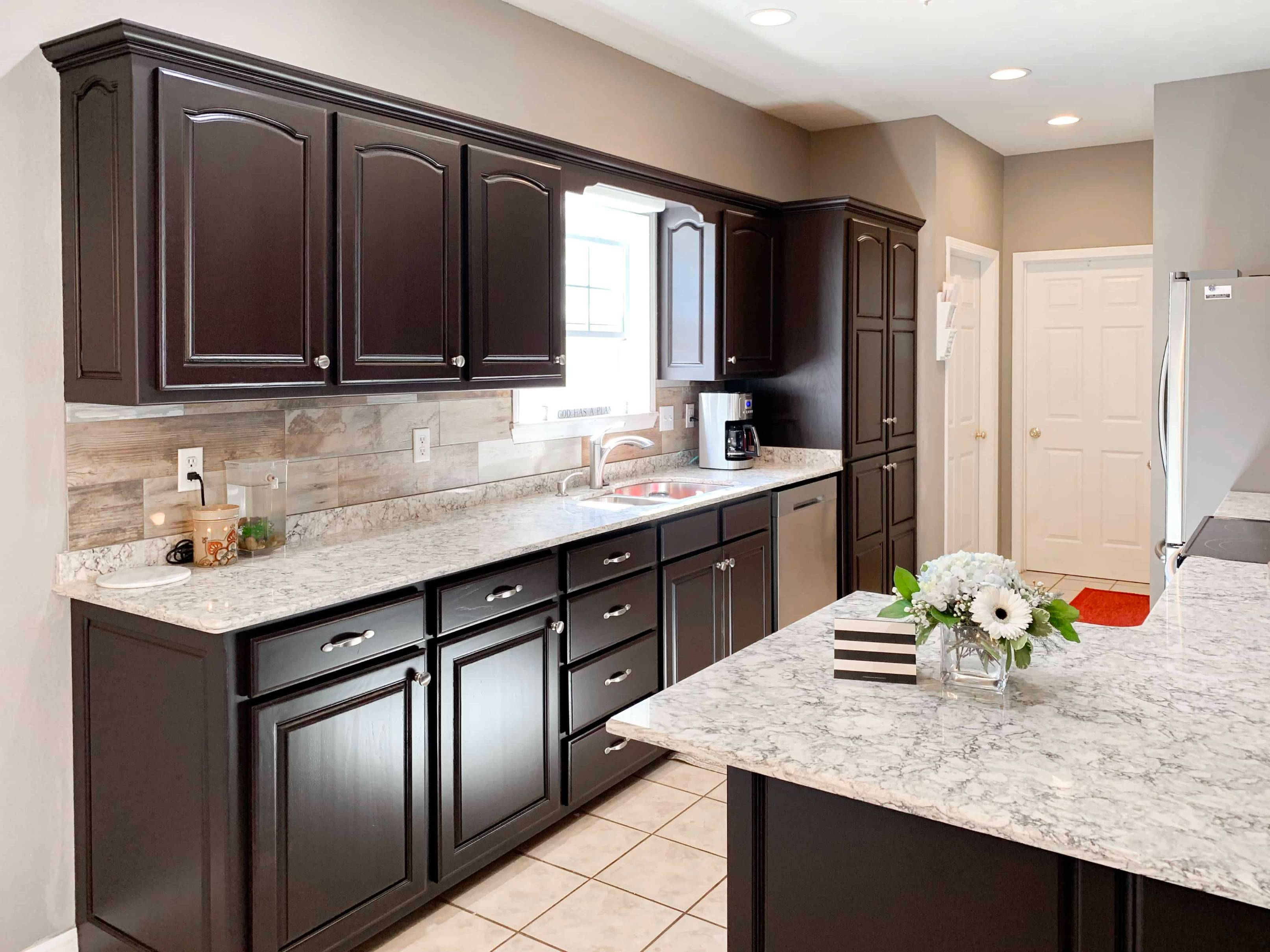 How to make brown kitchen cabinets look modern ☆ What color goes ...